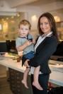 Frau mit Kind auf dem Arm im Büro