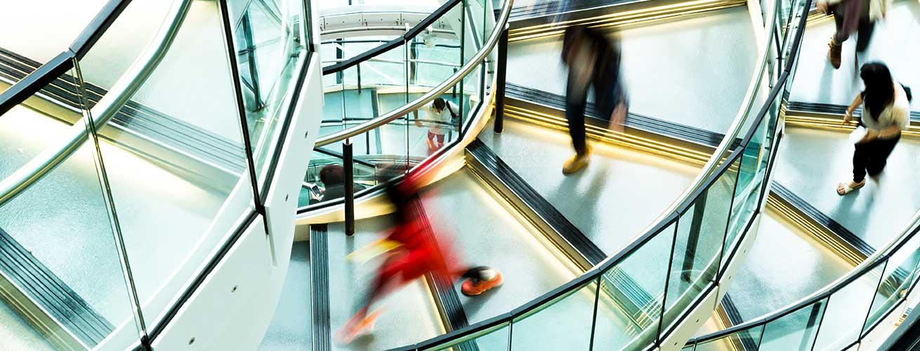 gehtzte Menschen auf Treppe
