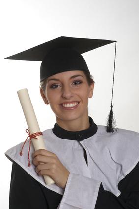 Junge Frau mit Diplom