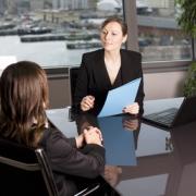 Eine junge Frau beim Vorstellungsgespräch in einem Vorstellungsgespräch